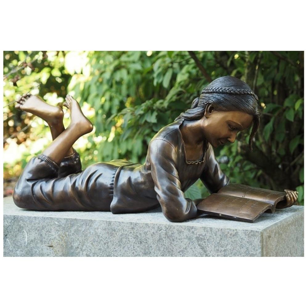 Maedchen Mit Buch Aus Bronze Liegend
