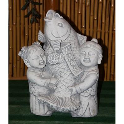 Kinder mit Koi