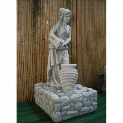 Brunnen mit Frau